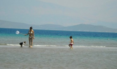 Mom and kids on the sandbar, Kassiopi